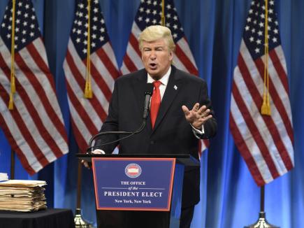 Herec Alec Baldwin a jeho ztvárnění Donalda Trumpa v komediální show televize NBC Saturday Night Live.