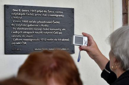 Na nádraží v Žatci byla 15. července slavnostně odhalena pamětní deska připomínající sedmdesáté výročí příjezdu prvního transportu volyňských Čechů.