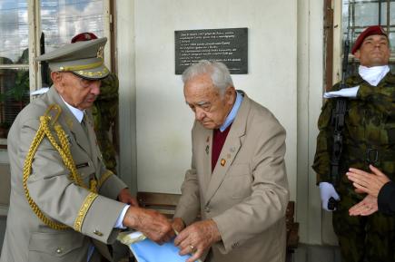 Na nádraží v Žatci byla 15. července slavnostně odhalena pamětní deska připomínající sedmdesáté výročí příjezdu prvního transportu volyňských Čechů. Odhalili ji generálové Václav Kuchynka (vlevo) a Miroslav Masopust.