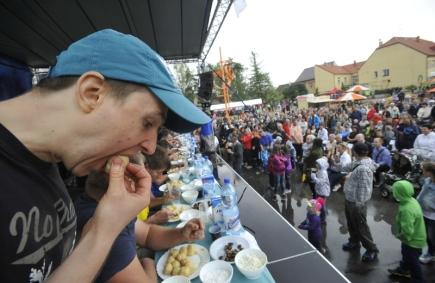 Osmadvacátý ročník Meruňkobraní se konal 15. července v Miroslavi na Znojemsku. Nechyběla ani tradiční soutěž v pojídání meruňkových knedlíků. Ještě pár vteřin před koncem se snažil Radim Dvořáček (vlevo) o vítězství, nakonec skončil druhý.