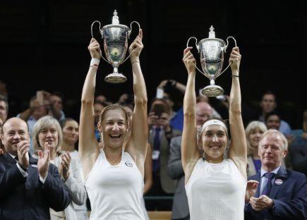 Ruské tenistky Jekatěrina Makarovová (vlevo) a Jelena Vesninová s poháry pro vítězky čtyřhry ve Wimbledonu.