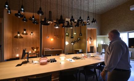 Sklárně Janštejn s více než dvousetletou tradicí pomáhá zaměření na výrobu skleněných dílů pro exkluzivní řady českých svítidel vznikajících podle návrhů známých designérů. V sousedství hutě vznikla hala, v níž se kompletují interiérové lampy Brokis. Na snímku ze 14. července je předváděcí místnost ve firmě Brokis, vpravo je jednatel sklárny Jan Rabell.