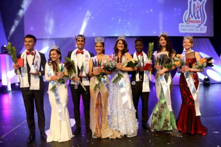 Světovou královnou krásy neslyšících se 15. července v Praze stala Thajka Chutima Netsuriwong (čtvrtá zleva). Získala titul Miss Deaf World 2017. V mužské kategorii zvítězil Španěl Eric Alcantara Pascua (třetí zleva). Korunka putuje také do Česka, reprezentantka Petra Gluchová (čtvrtá zprava) vyhrála v kategorii Miss Deaf Europe. Dále na snímku jsou vítězky a vítězové dalších regionálních kategorií.