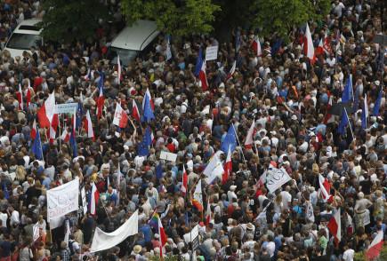 Demonstrace před parlamentem ve Varšavě proti vládní soudní reformě.