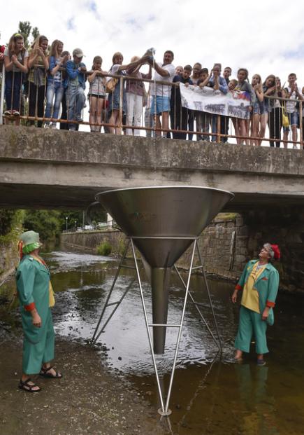 Voda z běloruské řeky Sož 17. července symbolicky obohatila tok pelhřimovské říčky Bělé. Za pomoci obřího trychtýře ji tam vlili zástupci čtyř desítek běloruských dětí.