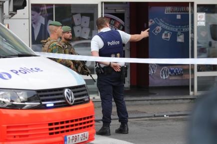 Policejní vůz na místě incidentu v Bruselu. Belgičtí policisté při něm zastavili řidiče, prý s bombou v autě.