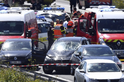 Automobil útočníka na vojáky z Paříže poté, co byl na francouzské dálnici zastaven bezpečnostními složkami.