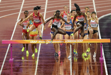 Atletické MS v Londýně, rozběh žen na 3000 metrů překážek. Uprostřed vzadu Češka Lucie Sekanová.