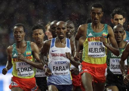 Atletické MS v Londýně, rozběh závodu na 5000 metrů. Uprostřed britský vytrvalec Mo Farah.