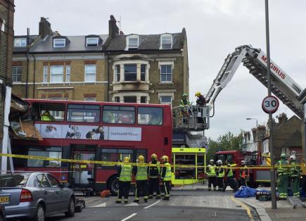 Nejméně deset zraněných si dnes vyžádala nehoda patrového autobusu londýnské městské hromadné dopravy. Autobus ráno směřoval ke stanici Waterloo, když v rušné ulici Lavender Hill v jižní části města náhle projel skleněnou výlohou obchodu s kuchyňskými potřebami.