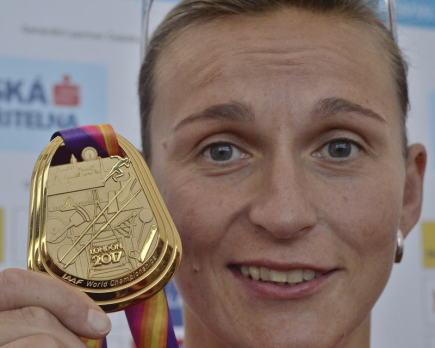 Oštěpařka Barbora Špotáková, která přiletěla 10. srpna na pražské Letiště Václava Havla z dějiště mistrovství světa v Londýně, ukazuje svojí zlatou medaili novinářům.