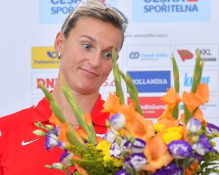 Oštěpařka Barbora Špotáková, která přiletěla se zlatou medailí 10. srpna na pražské Letiště Václava Havla z dějiště mistrovství světa v Londýně, dostala květiny na setkání s novináři.