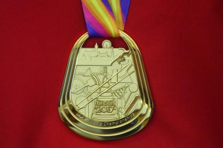 Oštěpařka Barbora Špotáková ukázala novinářům svou zlatou medaili 10. srpna v Praze po příletu z dějiště mistrovství světa v Londýně.