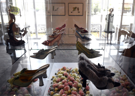 Výstava bot světově proslulého návrháře Manolo Blahnika The Art of Shoes bude k vidění od 11. srpna v pražském Muzeu Kampa. Boty, které mnohé ženy znají z filmu a televize, kde je nosí či po nich touží hrdinky, si budou moci zájemci prohlížet do 12. listopadu.