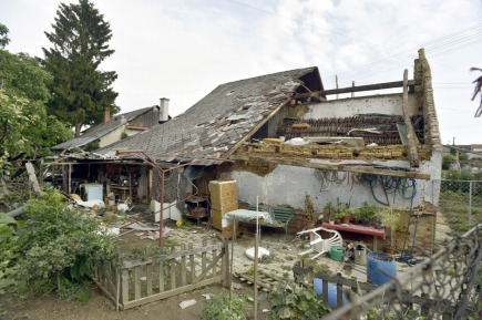 V Morkovicích-Slížanech na Kroměřížsku poškodil v noci na 11. srpna silný vítr doprovázený bouřkou asi patnáct střech rodinných domů (na snímku).