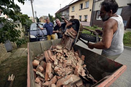 Obyvatelé města Morkovice-Slížany na Kroměřížsku odstaňují následky silného větru, který v noci na 11. srpna poškodil asi 15 střech rodinných domů.