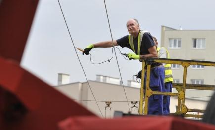 Brněnští hasiči likvidovali 11. srpna následky noční bouřky. V Provazníkově ulici v centru města odstraňovali části poničené střechy. Potřebovali k tomu spolupráci dispečinku městské hromadné dopravy, která na několik minut musela vypnout trolejové vedení.