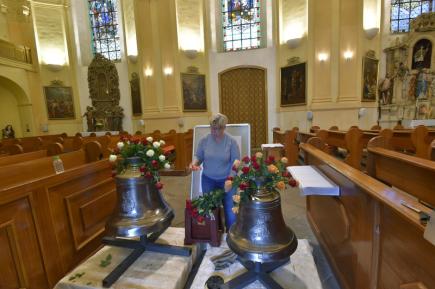V Chodově na Sokolovsku začíná 11. srpna Svatovavřinecká pouť. V kostele sv. Vařince budou slavnostně vysvěceny nové zvony a lidé si budou moci poprvé prohlédnout zrestaurovanou křížovou cestu. Na snímku připravuje výzdobu nových zvonů floristka Marie Štěpánka Marková.