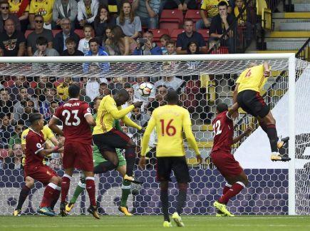 Fotbalista Watfordu Stefano Okaka (uprostřed) dává gól Liverpoolu v utkání anglické ligy.