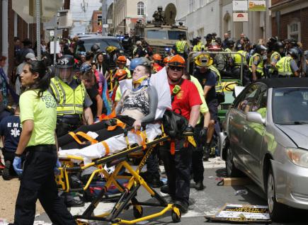 Do shromážděného davu v Charlottesville ve Virginii najelo auto, několik lidí zranilo. Úřady předtím zakázaly shromáždění bělošských extremistů.