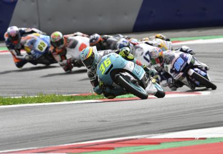 Španělský jezdec Joan Mir v čele závodu MS silničních motocyklů v kategorii Moto3 ve Velké ceně Rakouska.