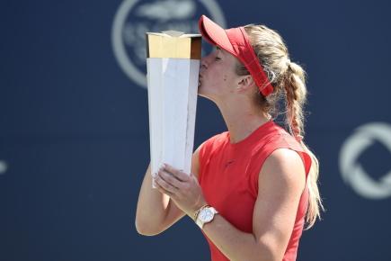 Ukrajinská tenistka Elina Svitolinová s trofejí za vítězství na turnaji v Torontu.