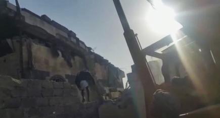 Muž vylézá z hotelu po náletu poblíž jemenské metropole Saná.