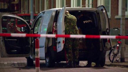 """Nizozemská policie zadržela dnes v přístavu v Rotterdamu řidiče dodávky (na snímku) se španělskou poznávací značkou, ve které byly plynové bomby. Krátce před tím zrušila kvůli """"teroristické hrozbě"""" v nedaleké hale koncert americké rockové skupiny, která kvůli svému názvu dlouhodobě čelí kritice muslimů. Podle starosty Rotterdamu zatím není jasné, zda nález a varování před teroristickou hrozbou nějak souvisí."""