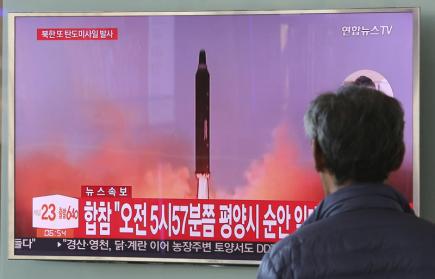Člověk na snímku sleduje jihokorejskou televizi, která vysílá start severokejské rakety. Ta přeletěla Japonsko a dopadla do Tichého oceánu zhruba 1180 kilometrů východně od ostrova Hokkaidó.