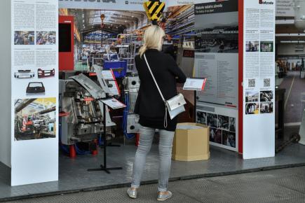 Technické muzeum v Liberci otevřelo 8. září v areálu bývalého výstaviště nový pavilon. V něm návštěvníci uvidí expozici průmyslové minulosti i současnosti Libereckého kraje. Na snímku si žena prohlíží výstavu společnosti Magna Bohemia.