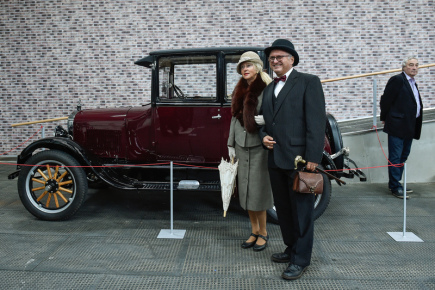 Technické muzeum v Liberci otevřelo 8. září v areálu bývalého výstaviště nový pavilon. V něm návštěvníci uvidí expozici průmyslové minulosti i současnosti Libereckého kraje. Na snímku návštěvníci v dobovém oblečení u historického vozu značky Škoda L&K.