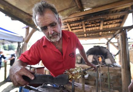 V replice středověké sklářské pece, kterou v Havlíčkově Brodě vybudovalo místní Muzeum Vysočiny, se podařilo po loňském úspěšném pokusu opět vytavit sklo. Z taveniny sklář František Novák (na snímku) společně se svým synem Františkem 8. září vyfoukali repliky středověkých číší.