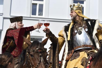 V Mikulově na Břeclavsku pokračovalo 9. září Pálavské vinobraní. Potrvá do 10. září. Na snímku si připíjí král Václav s královnou, herečkou Chantal Poullainovou (vlevo).