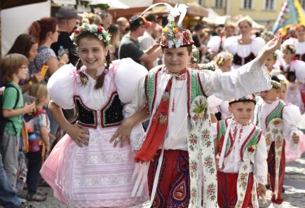V Mikulově na Břeclavsku pokračovalo 9. září Pálavské vinobraní. Potrvá do 10. září. Na snímku děti v krojích.