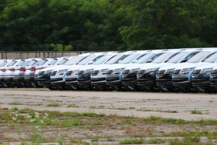 Mladoboleslavská automobilka Škoda Auto skladuje auta modelu Kodiaq, až do dodání chybějících zadních sedadel, na odstavném parkovišti v Lysé nad Labem. Na snímku z 12. září.