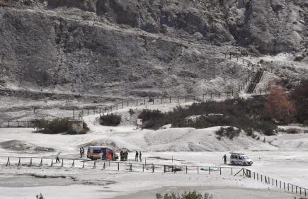 Jedenáctiletý chlapec a jeho rodiče zemřeli v mělkém sopečném kráteru v italské Solfataře, nejznámějším místě Flegrejských polí. Takzvaná vulkanická kaldera, v podstatě obří kráter o průměru 13 kilometrů, se rozkládá západně od jihoitalské Neapole. Místo hojně navštěvují turisté z celého světa. Na snímku záchranáři na místě neštěstí.