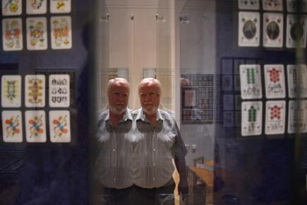 Svět hracích karet, jejich historii i vývoj kartářského řemesla přibližuje výstava Jedny karty nestačí, která začala 14. září v Jihočeském muzeu v Českých Budějovicích. Na snímku je jeden z autorů výstavy Jiří Novotný.