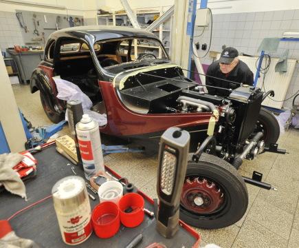 V Brně je od 16. září v provozu muzeum historických vozů BMW, které podle jeho majitele Miloše Vránka patří mezi největší v Evropě. Sběratel vozů a zakladatel firmy Renocar Vránek v jedné z hal ve Slatině vystavuje deset historických vozů. Vstupné pro zájemce je zdarma. Na snímku je renovační dílna.