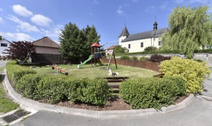Vesnicí roku 2017 České republiky se stal Heřmanov z Kraje Vysočina (na snímku z 13. června je dětské hřiště v obci, v pozadí kostel sv. Mikuláše).