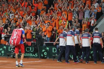 Nizozemsko - ČR, utkání baráže tenisového Davisova poháru, závěrečné dvouhry, 17. září v Haagu. Nizozemští diváci tleskají Lukáši Rosolovi a českému týmu, který odchází po prohraném zápase.