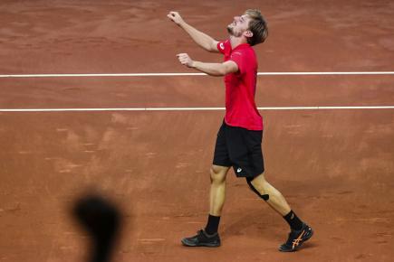 Belgický tenista David Goffin se raduje z vítězného zápasu v utkání semifinále Davisova poháru.