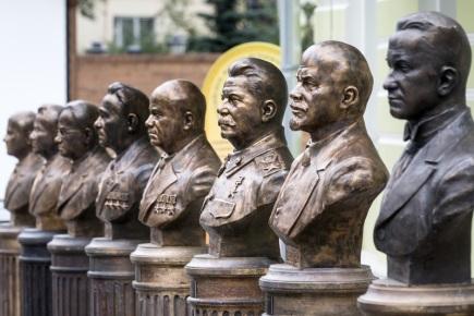 Alej vůdců v centru Moskvy, druhý zprava  Vladimír Lenin, třetí zprava Josif Stalin.