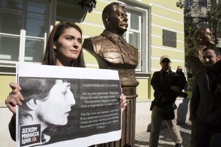 Žena protestuje u bysta komunistického diktátora Josifa Stalina v Aleji vůdců v centru Moskvy.