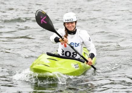 Mistrovství světa ve vodním slalomu, kajak kros, 1, října v Pau, Francie. Amálie Hilgertová skončila třetí.