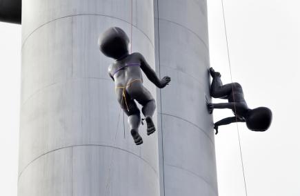 Černá laminátová mimina sochaře Davida Černého, která více než 15 let doplňují jednu z pražských dominant, žižkovský televizní vysílač, sundali 2. října po delší době horolezci kvůli opravám. Přibližně v květnu příštího roku je opět zase vrátí.