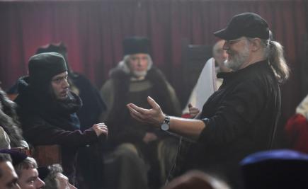 Režisér Lubomír Hlavsa (vpravo) 4. října při natáčení filmu Jeroným Pražský - Poslední útěk ve Zdíkově paláci v Olomouci. Film je volným pokračováním snímku Jan Hus - Cesta bez návratu, který režisér Hlavsa natočil před dvěma lety. Hlavní roli Jeronýma Pražského hraje Ondřej Vetchý.