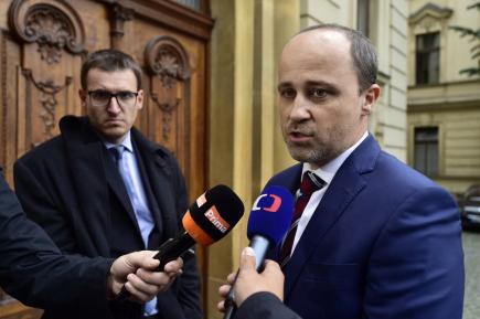 Náměstek ministra dopravy Ladislav Němec (vpravo) v rozhovoru s novináři.