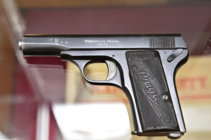 Západočeské muzeum v Plzni od 5. října vystavuje soubor ručních palných zbraní, které v letech 1918 až 1968 vyráběly československé zbrojovky pro ozbrojené sbory. Na snímku je samonabíjecí pistole Praga 7,65 Browning, kterou vyráběla zbrojovka v pražských Vršovicích.