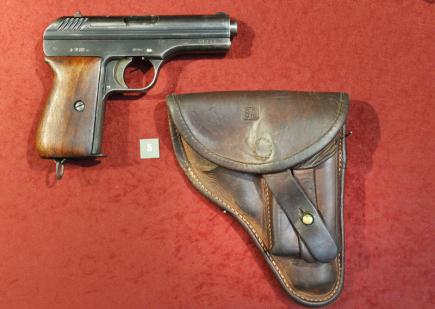 Západočeské muzeum v Plzni od 5. října vystavuje soubor ručních palných zbraní, které v letech 1918 až 1968 vyráběly československé zbrojovky pro ozbrojené sbory. Na snímku je samonabíjecí pistole vz. 24 s pouzdrem. Písmena SA na pouzdře jsou zkratkou Suomi Armea, zbraň byla určena pro finskou armádu.