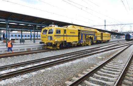 Modernizace východní části plzeňského hlavního nádraží, tedy kolejového rozvětvení na Prahu, byla ukončena. Na snímku automatická strojní podbíječka Unimat.